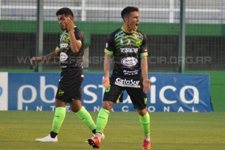 Matías Rojas celebra un gol con la camiseta de Defensa y Justicia.