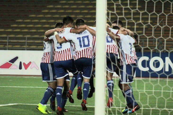 Jugadores de la Sub 17 celebran un gol.