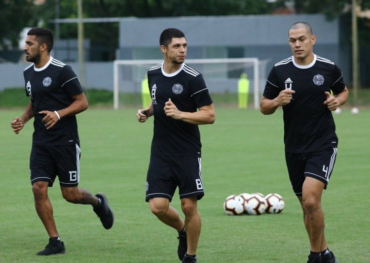 Rodrigo Rojas (centro) durante un entrenamiento de Olimpia.
