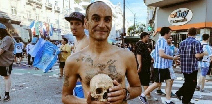 Un hincha de Racing llevó el cráneo de su abuelo a los festejos por el título.