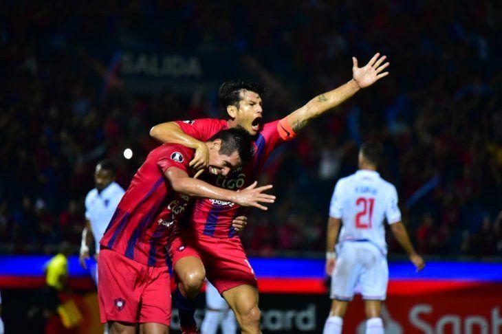 Víctor Cáceres y Nelson Haedo celebran el gol azulgrana.