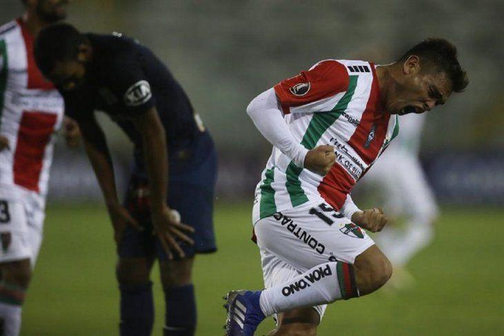 Fabian Ahumada (d) dePalestinocelebran la anotación de un gol.