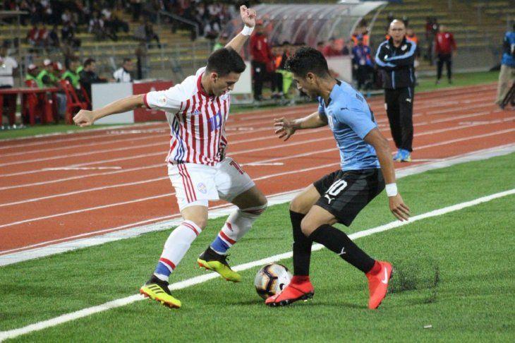 Fernando Ovelar intentando escapar de la marca de un uruguayo en el Sudamericano Sub 17.