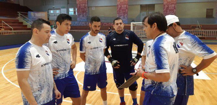 Andrés Bogado charla con el quinteto titular que arrancaría ante Marruecos.