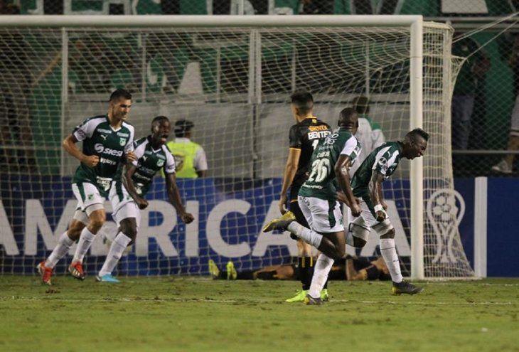 Jugadores del Cali celebran el gol marcado ante Guaraní.
