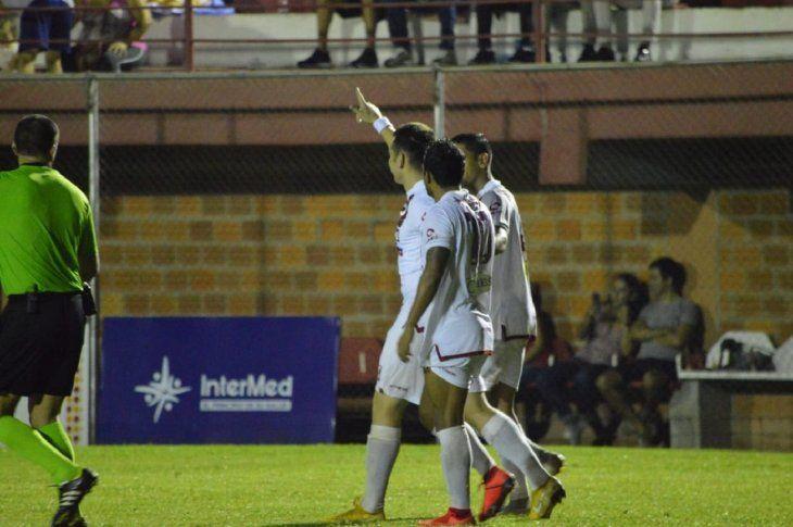 Jugadores de River celebran un gol marcado.