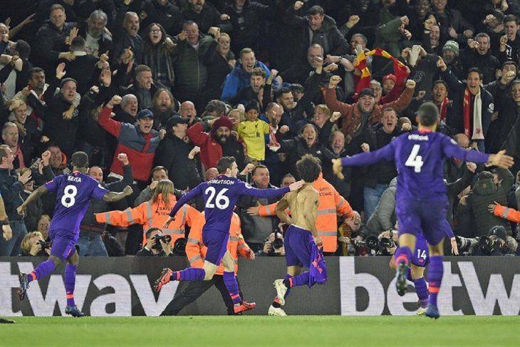 Jugadores del Liverpool celebran la anotación de un gol.