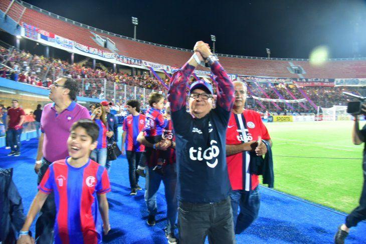 Nino Arrúa levanta las manos para agradecer la ovación en la nueva Olla.