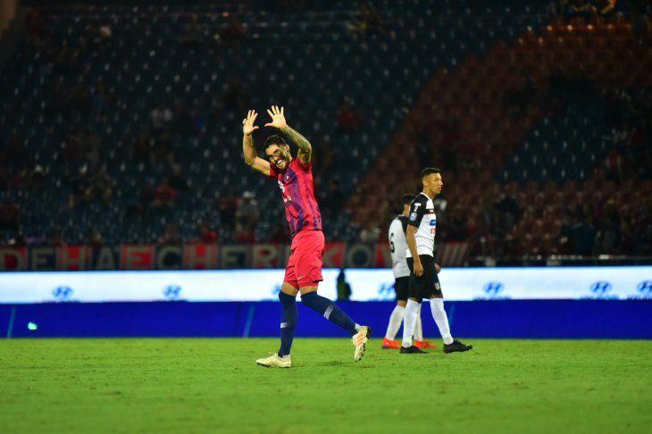 Larrivey celebra un gol en la Nueva Olla.
