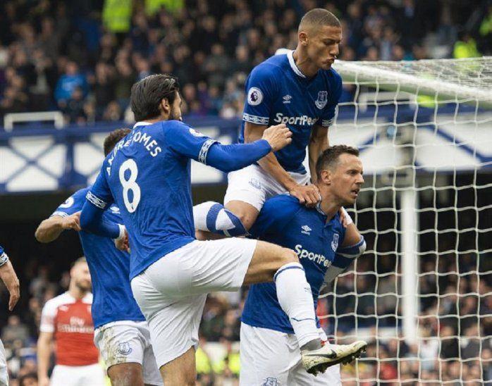 Jugadores del Everton celebran el gol marcado ante Arsenal.