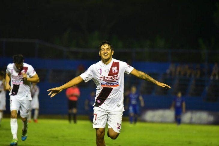 Silvio Torales festeja su gol ante Sol.