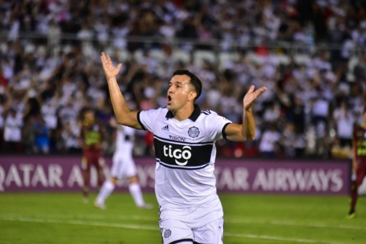 Néstor Camacho celebra un gol con Olimpia.