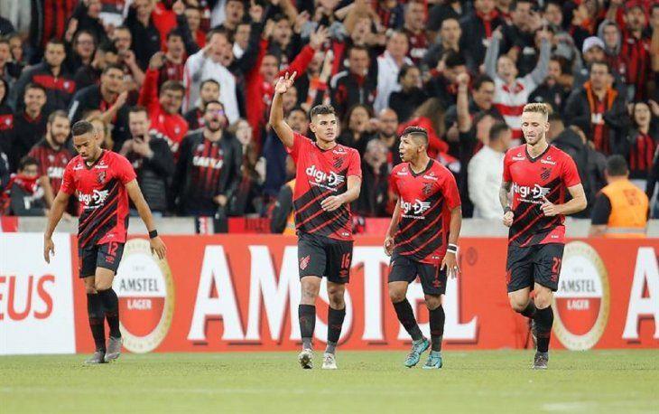 Jugadores del Paranaense celebran el gol ante Tolima.