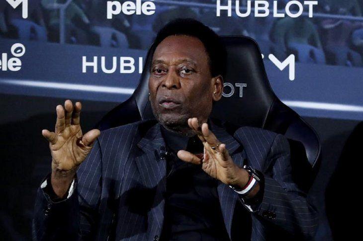 Pelé recibe la condecoración de la Conmebol.