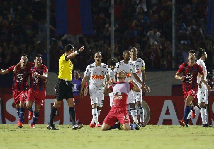 Acosta Rojas celebra su tanto ante Mineiro.