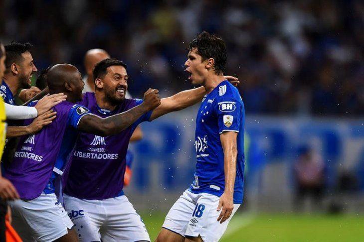 Jugadores del Cruzeiro celebran la anotación ante Huracán.