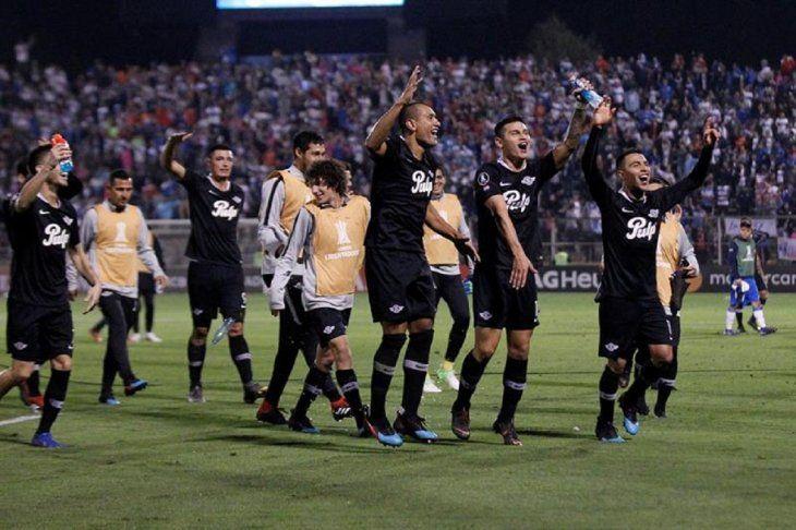 Jugadores de Libertad celebran el triunfo ante Universidad Católica.