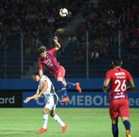 Fernando Amorebieta rechaza el balón.