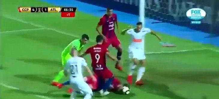 Fernando Amorebieta intenta trabar con la cabeza para evitar un gol.