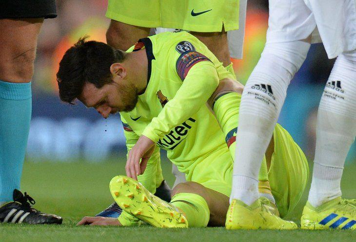 Messi recibió un duro golpe en el Old Trafford.