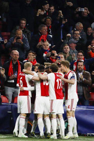 Hinchas del Ajax arrojaron objetos al campo.