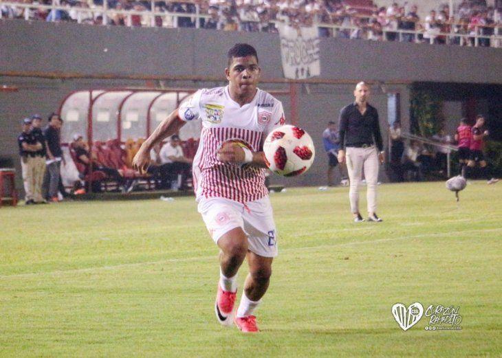 Jugador de San Lorenzo mira fijamente el balón.