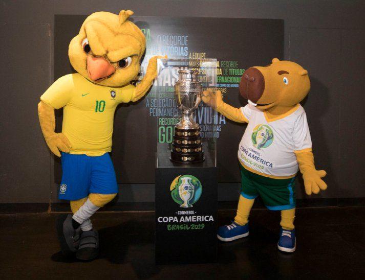 Zizito (derecha) junto a la Copa América y Canarinha