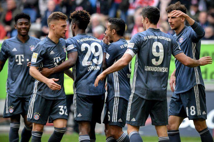 Bayern golea y sigue líder pero pierde a Neuer por lesión