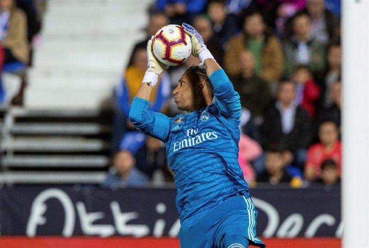 Keylor Navas ataja el balón en un partido del Real Madrid.
