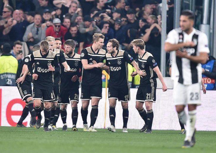Jugadores de Ajax celebran un gol anotado ante Juventus.