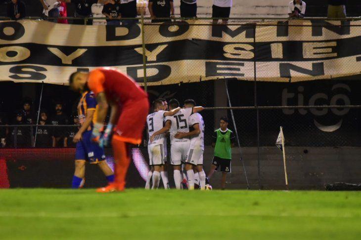 Jugadores de Olimpia celebran el gol ante Luqueño.