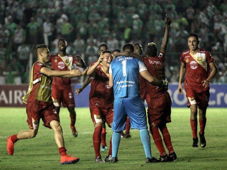Jugadores de Águilas Doradas celebran la clasificación.