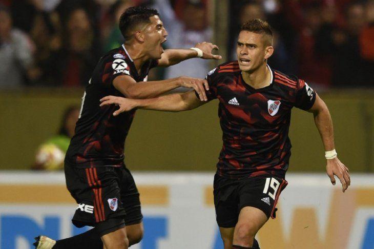 Jugadores de River Plate celebran la anotación de un gol.