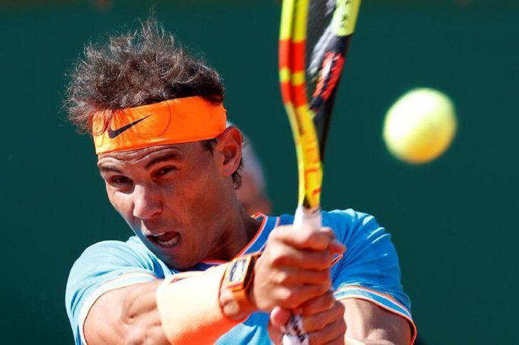 El tenista español RafaNadaldevuelve la bola a su compatriota Roberto Bautista.