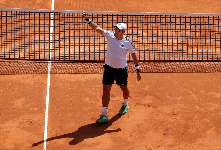 El tenista serbio DusanLajoviccelebra su victoria ante el italiano Lorenzo Sonego durante el partido de cuartos de final del Torneo de Montecarlo celebrado este viernes en Roquebrune Cap Martin (Francia).