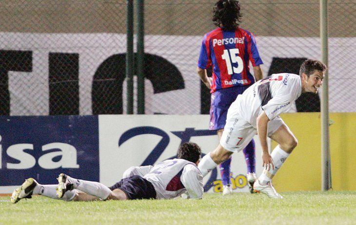 Dante López celebra la anotación de un gol.