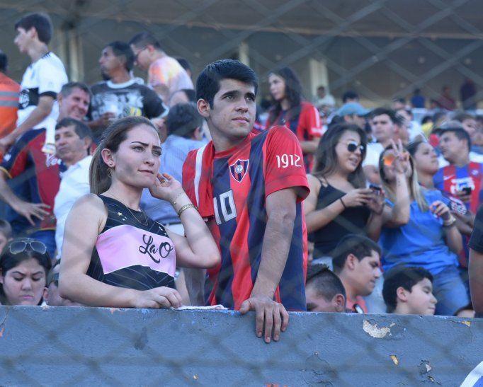 Hinchas asistente al superclásico del fútbol paraguayo.