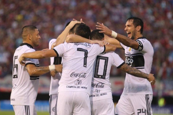 Roque Santa Cruz se abraza con sus compañeros en el festejo de uno de los goles.
