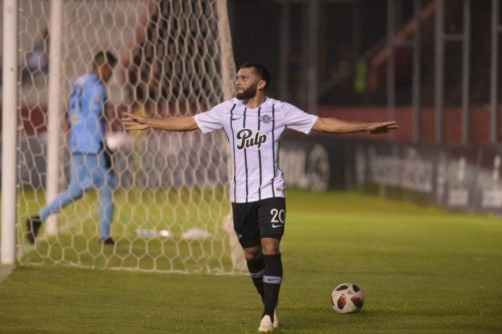 Antonio Bareiro celebra su gol ante River Plate.