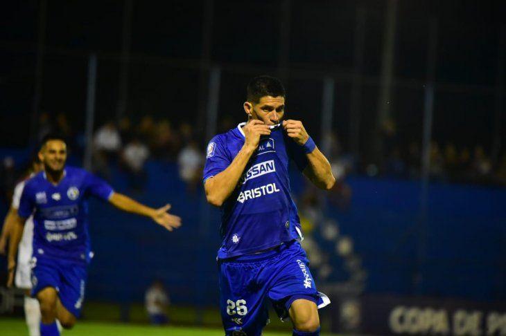 César Villagra festeja su gol ante Nacional.