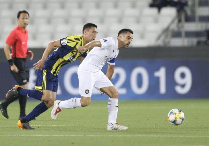 CONTROL. Xavi avanza con el balón ante el asecho del rival.