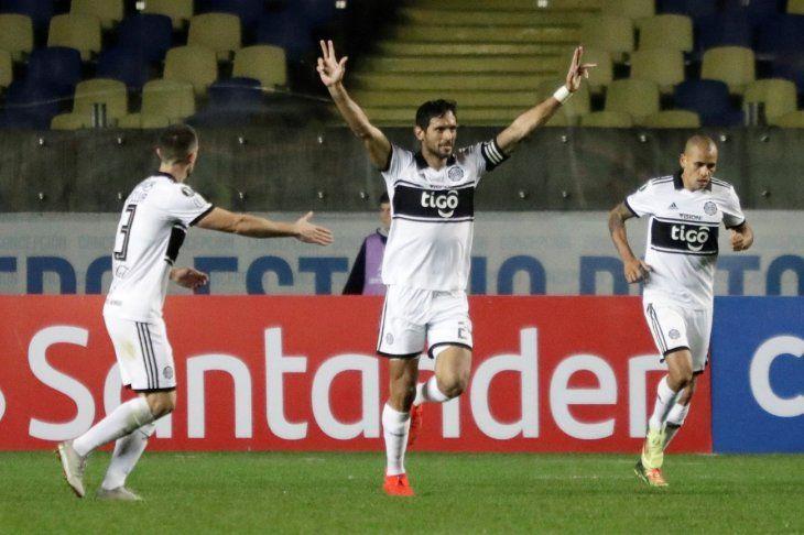 Roque Santa Cruz festeja su gol en Chile.