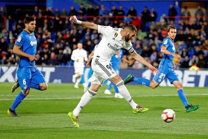 Karim Benzema ejecuta un disparo durante el partido contra el Getafe.
