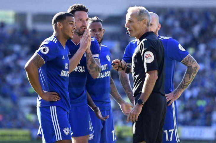 Jugadores delCardiff reclaman al árbitro.