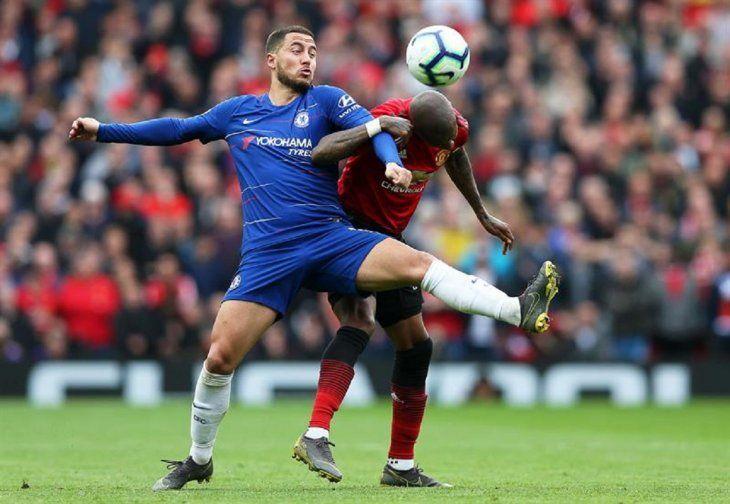 Eden Hazard soporta la marca de un defensor del United.