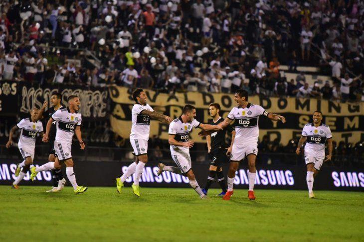 Jugadores de Olimpia celebran la anotación de un gol.