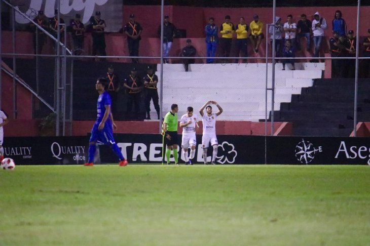 Jugadores de Luqueño celebran la anotación de un gol.