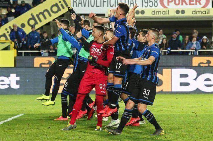 Jugadores del Atalanta celebran la victoria.