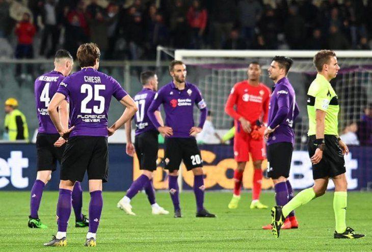 Jugadores de la Fiorentina se lamentan tras perder contraSassuolo.