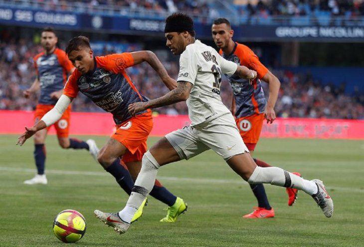 El delantero brasileño del París Saint Germain Neymar (c) disputa un balón.